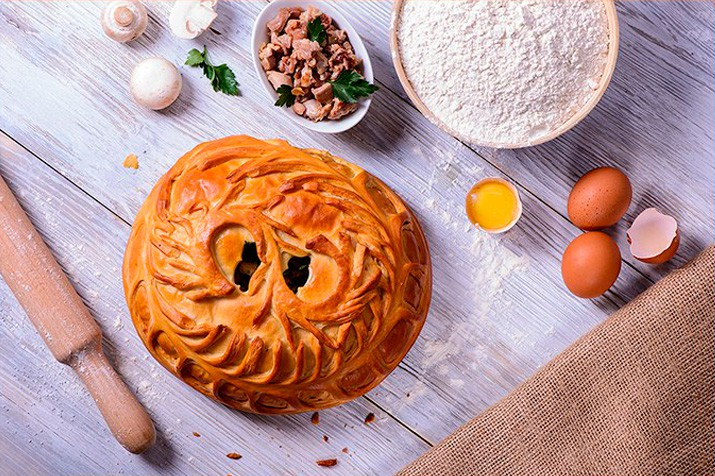 Пирог с дрожжевого слоеного теста с курицей и грибами